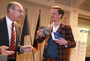 Kay Bandermann überreichte die Auszeichnung an den Theater-Intendanten Kay Voges. Fotos: Anja Cord