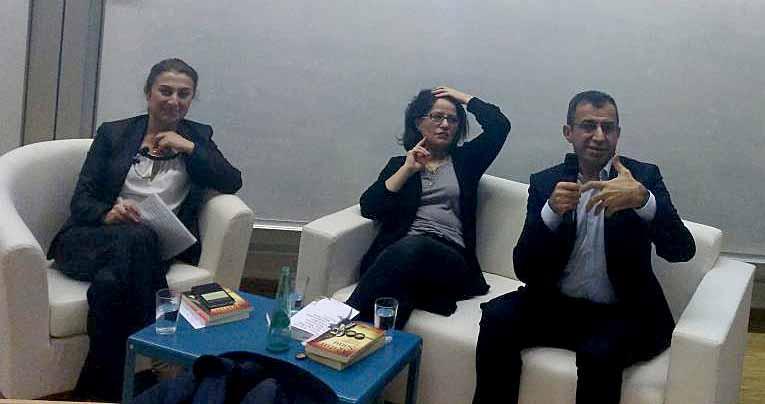 Elmas Topcu vom WDR im Gespräch mit den Geschwistern Menekşe und Ahmet Toprak. Foto: Thomas Engel