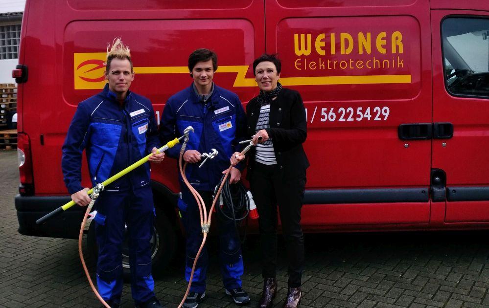 Björn Nowak (Ausbildungsleiter Weidner Elektronik GmbH), Philipp Czarnecki (Auszubildender) und Martina Würker