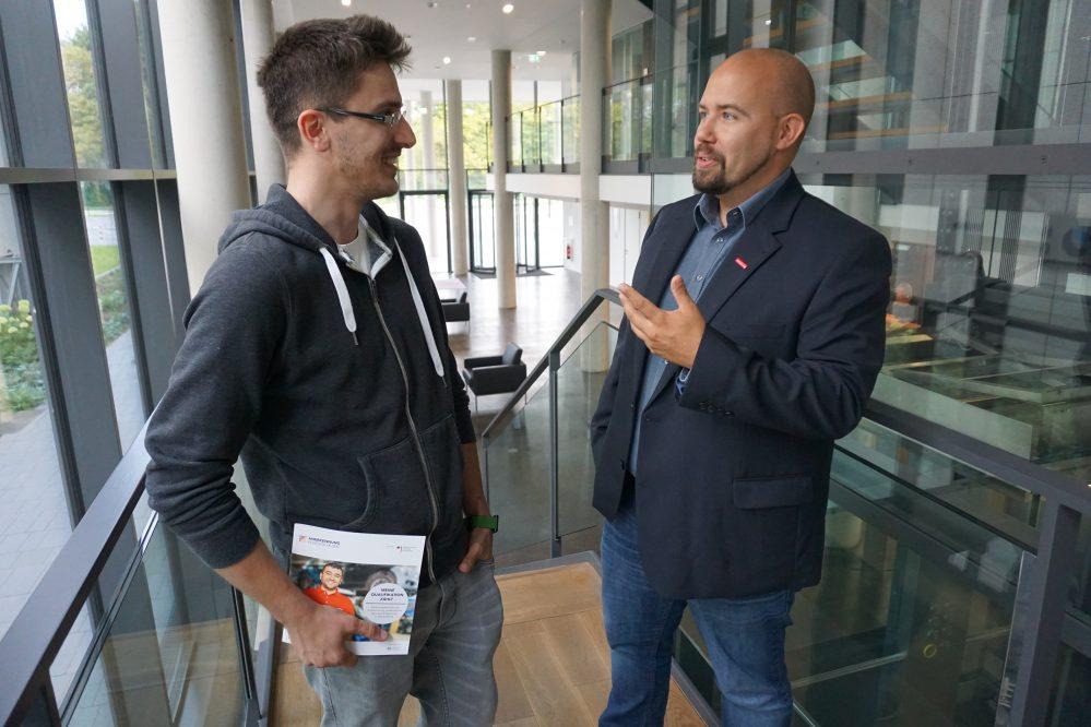 HWK-Mitarbeiter Björn Woywod (r.) im Gespräch mit Azubi Aldin Huzejrovic.