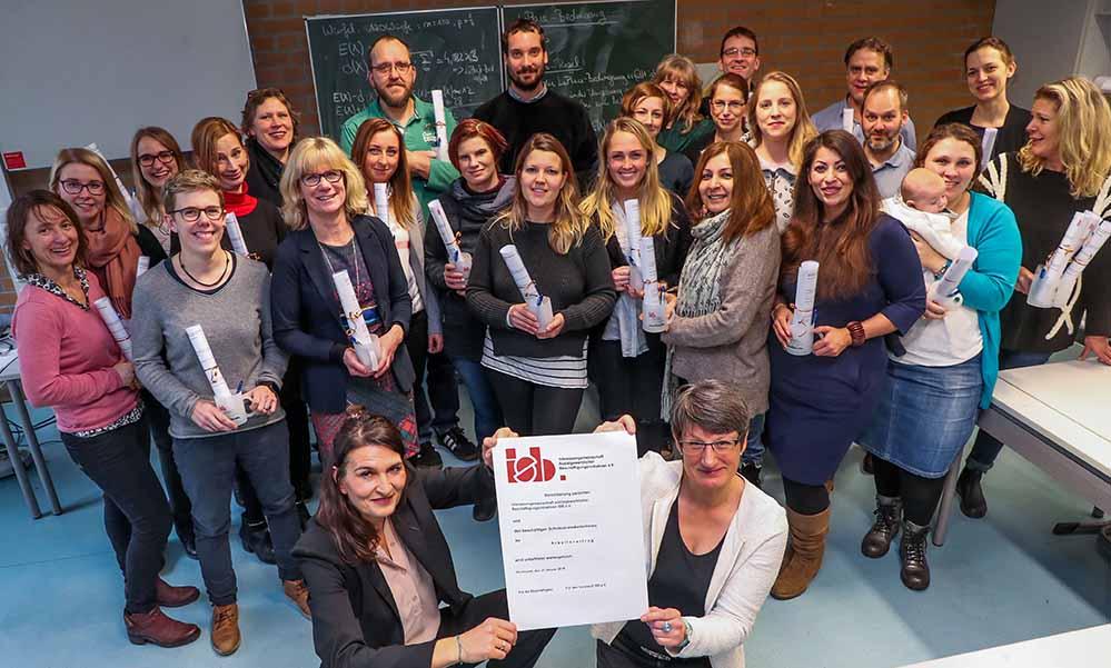 Tania Heidbreder (v.l.) und und Bettina Langenau (v.r.) präsentieren die Anstellungsverträge. Foto: Stephan Schuetze