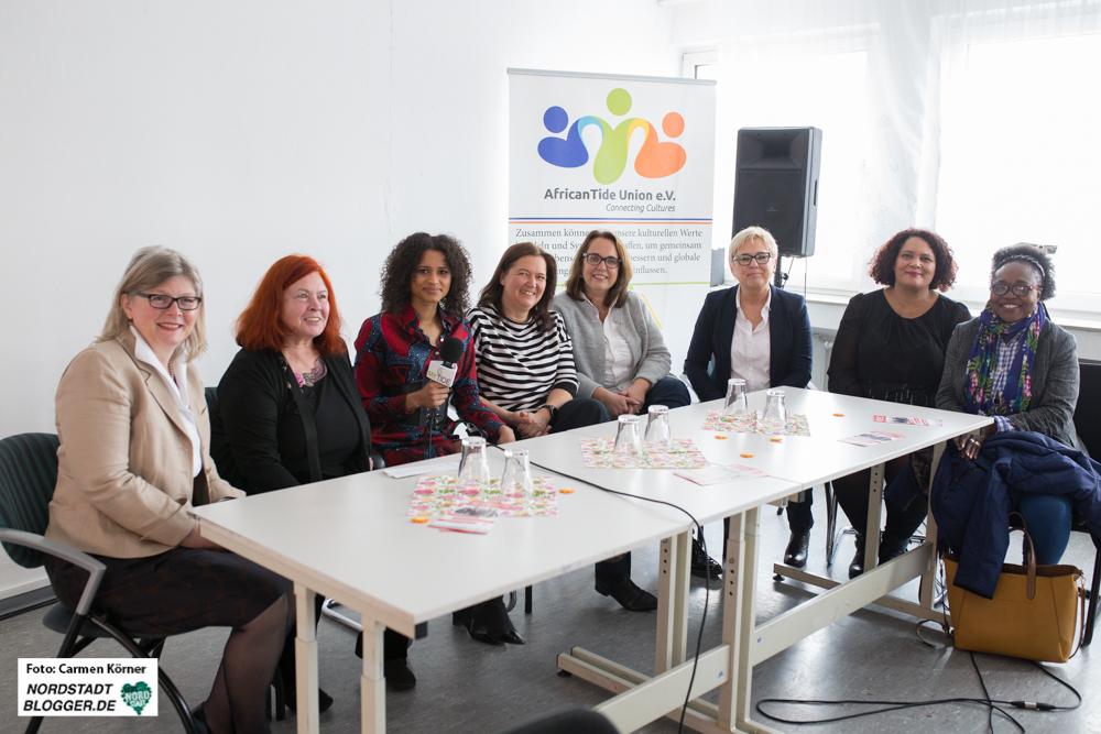Von links nach rechts: Bettina Houben (FDP); Ingrid Jost (Die Linke); Andrea Tarilayu Weber (Moderatorin); Maresa Feldmann (Gleichstellungsbeauftragte der Stadt Dortmund); Anja Butschkau (SDP); Justine Großmann (CDU); Farina Görmar (Generalsekretärin AfricanTide Union e.V.), Bridget Fonkeu (Initiatorin der Silent University)