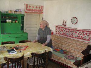 Ambulante Alten- und Behindertenhilfe in Rumänien - Eine 88jõhrige Bõuerin freut sich über den Besuch der Diakonieschwester FOTO Gerd Plobner