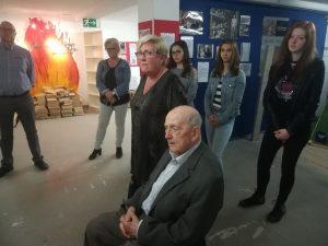 Bernadette und Laurie Larmer verfolgen bewegt die Erkklärungen der Ausstellung Weil Hannelore Jüdin war