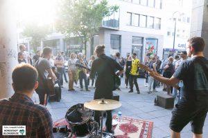 Die kleinen, improvisierten Bühnen im Brückstraßenviertel hatten ihren ganz eigenen Charme.