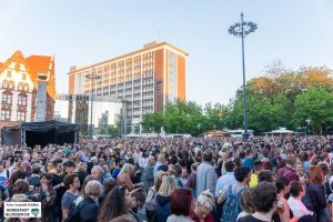 Am Samstag Abend strömten die Massen auf den Friedensplatz und in den Stadtgarten.