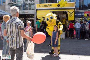 Auch BVB-Maskottchen Emma war unterwegs, um die Kids zu bespaßen.