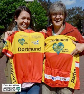 Annika Ziemer vom Quartiersmanagement und Andrea Niesing vom Radsportverein Dortmund freuen sich über die neuen Trikots. Foto: Alex Völkel