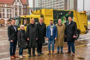 Schickten den Müllwagen-im März auf den Weg: Matthias Kozka, Barbara Heinz, Klaus Wegener, Jörg Stüdemann, Talal El-Hussein, Klaus Niesmann und Frank Hengstenberg.