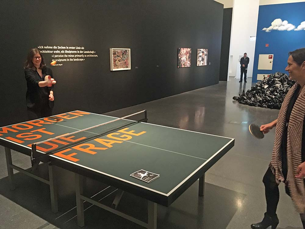 Karoline Sieg (li) und Caro Delsing beim Tischtennisspiel, einer Installation des Performancekünstlers Rirkrit Tiravaija. Fotos: Katrin Pinetzki/ Stadt Dortmund