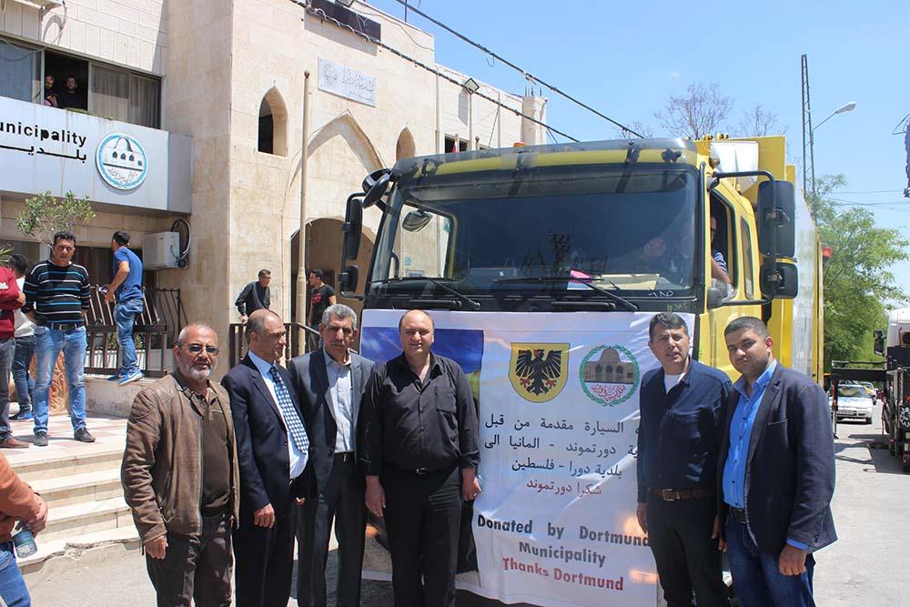Es freuen sich (von links) Walid Sweity, Stadtdirektor, und der ehemalige Bürgermeister Prof. Amro sowie weitere Mitarbeiter der Stadt Dura.